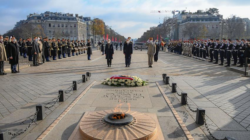 Le Président Al-Sissi pose une couronne de fleurs sur la tombe du soldat inconnu à Paris